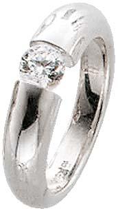 Zirkonia-Ring. Funkelnder Zirkonia (ca. 5 mm) fein eingearbeitet in echtem Silber Sterlingsilber 925/- mit leicht nach unten verjüngenden Ringschiene, rhodiniert (Weißgoldlook) und hochglanzpoliert. Ringkopfbreite ca. 24 mm, Breite ca. 5,5 mm, Stärke ca.