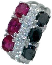 Silberring. Trendiger Ring mit ca. 27 weißen und schwarzen Zirkonia und roten synthetischen Steinen, rhodiniert und hochglanzpoliert aus echtem Silber Sterlingsilber 925/- im absoluten Topdesign. Ringkopfbreite ca. 20 mm, Breite ca. 4,9 mm, Stärke ca. 1,8