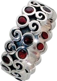 Danish Design Ring aus echtem Silber Sterlingsilber 925/- mit wunderschönen roten funkelnden Zirkoniasteinen (Ø ca. 3 mm). Breite ca. 8mm, Stärke ca. 2 mm, hochglanz poliert, teilweise geschwärzt.  Mit trendigem Muster